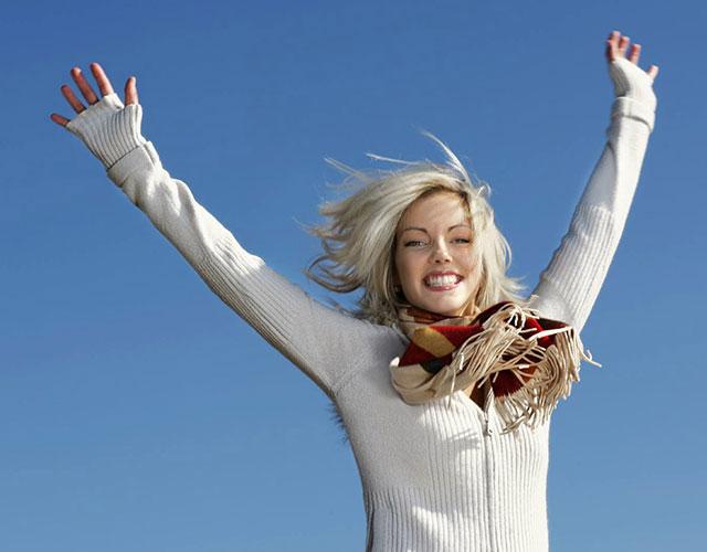Mädchen springt freudig in die Luft