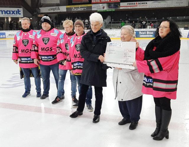 Spendenübergabe des Bayreuther Eishockey-Fanclubs