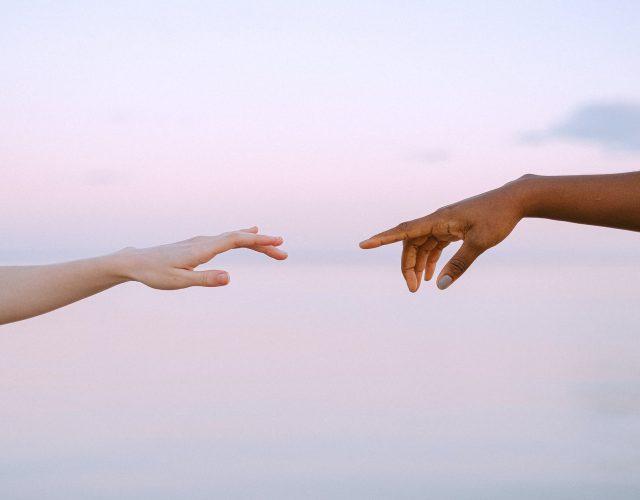 """zwei Hände im Stil des Gemäldes """"Die Erschaffung Adams"""""""